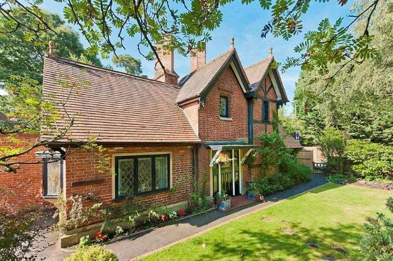3 Bedrooms Detached House for sale in Old Avenue, Weybridge, Surrey, KT13