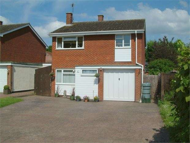 4 Bedrooms Detached House for sale in Chestnut Close, Waddesdon, Buckinghamshire. HP18 0LJ