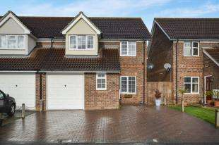 3 Bedrooms Semi Detached House for sale in Chaffinch Drive, Kingsnorth, Ashford, Kent