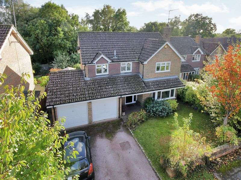 4 Bedrooms Detached House for sale in Toftwood Close, Pound Hill, Crawley, West Sussex
