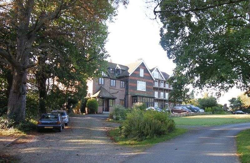 2 Bedrooms Flat for sale in Bletchingley Road, Godstone
