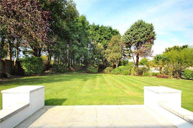 5 Bedrooms Detached House for sale in Sea Road, East Preston, West Sussex, BN16
