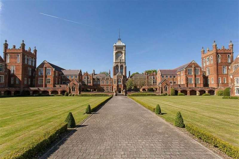 2 Bedrooms Flat for sale in JFK House, Royal Connaught Park, Bushey, WD23.