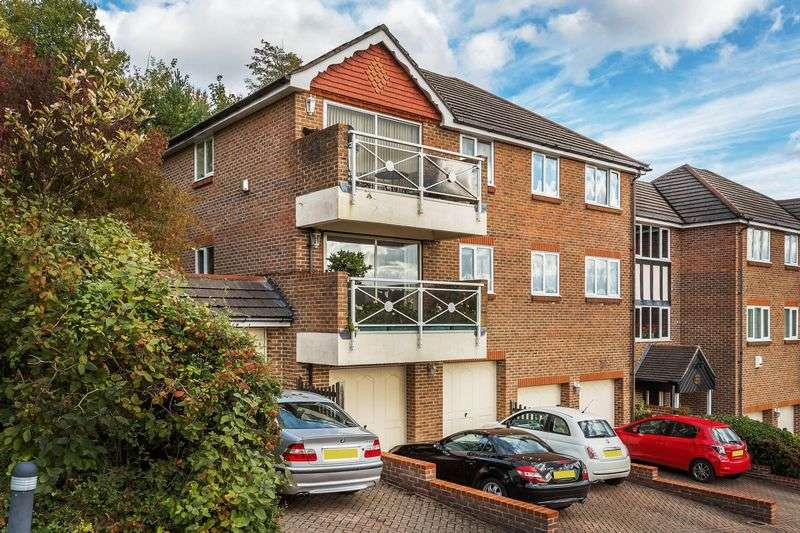 2 Bedrooms Flat for sale in Southview Road, WARLINGHAM, Surrey