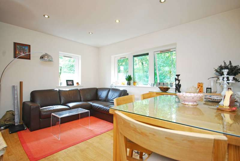 2 Bedrooms Flat for sale in Friars Mead, Canary Wharf, E14