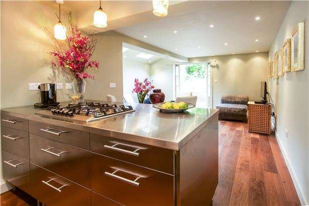 2 Bedrooms Flat for sale in Disraeli Road, LONDON, SW15 2DS