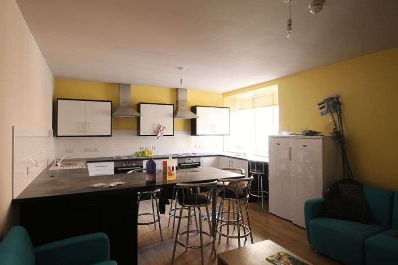4 Bedrooms Flat for rent in
