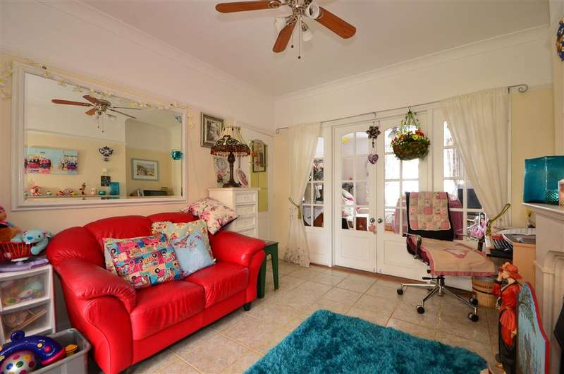 3 Bedrooms Semi Detached House for sale in Copythorn Road, North End, Portsmouth, Hampshire