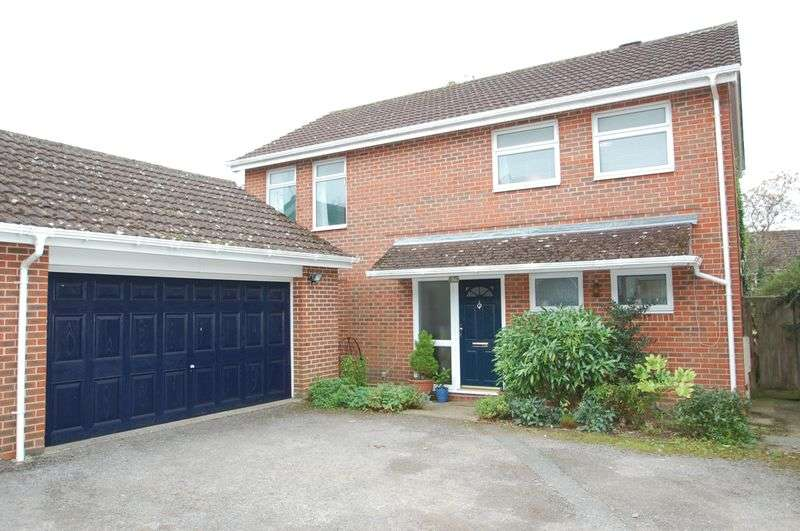 4 Bedrooms Detached House for sale in Moggs Mead, Petersfield