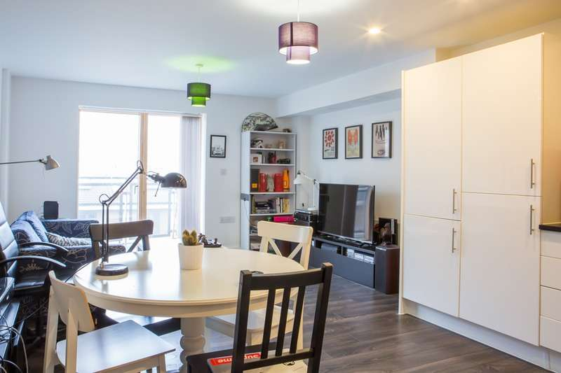 2 Bedrooms Flat for sale in Clock View Crescent, Islington, London, London, N7
