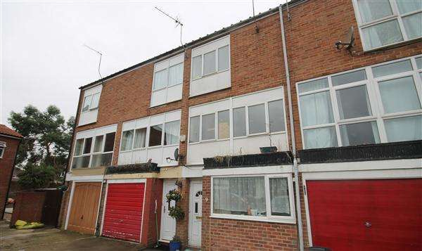 4 Bedrooms Town House for sale in Russett Close, Hillingdon