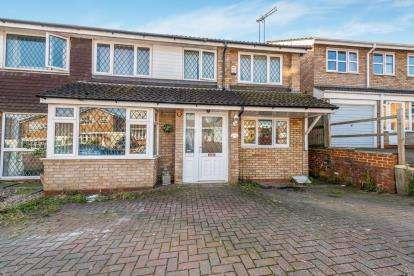 6 Bedrooms Semi Detached House for sale in Cameron Close, Daventry, Northamptonshire, Northants