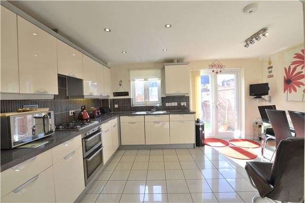 4 Bedrooms Town House for sale in Gamecock Close, GL3 4DZ