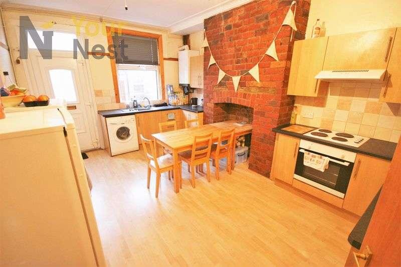 5 Bedrooms Terraced House for rent in Estcourt Avenue, Headingley, LS6 3ET