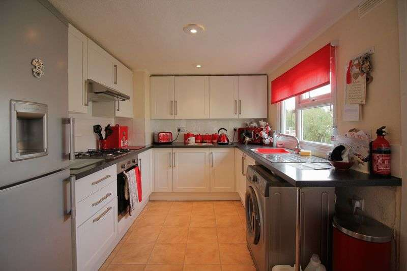 2 Bedrooms Detached Bungalow for sale in Hawley Lane, Farnborough