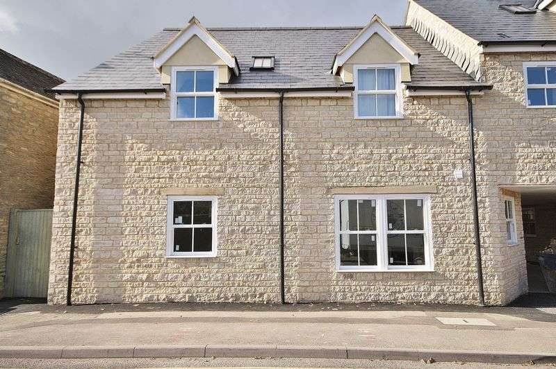 2 Bedrooms Flat for sale in Jack's Corner, The Crofts, Witney Town Centre OX28 4AD