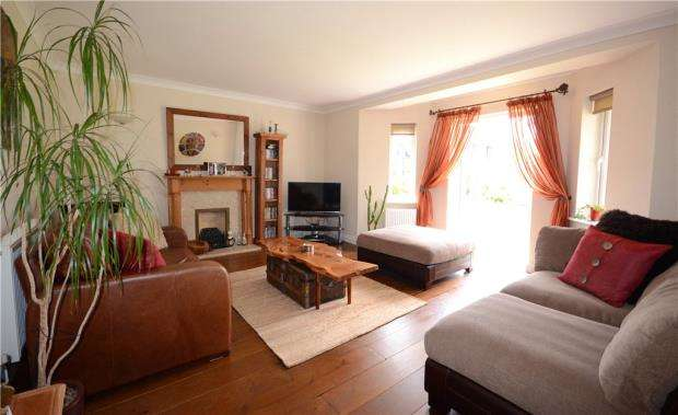 4 Bedrooms Detached House for sale in Victoria Gardens, Farnborough, Hampshire