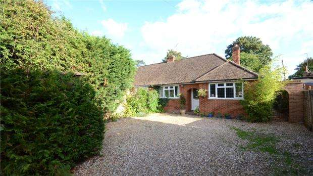4 Bedrooms Semi Detached Bungalow for sale in Meadow Way, Bracknell, Berkshire
