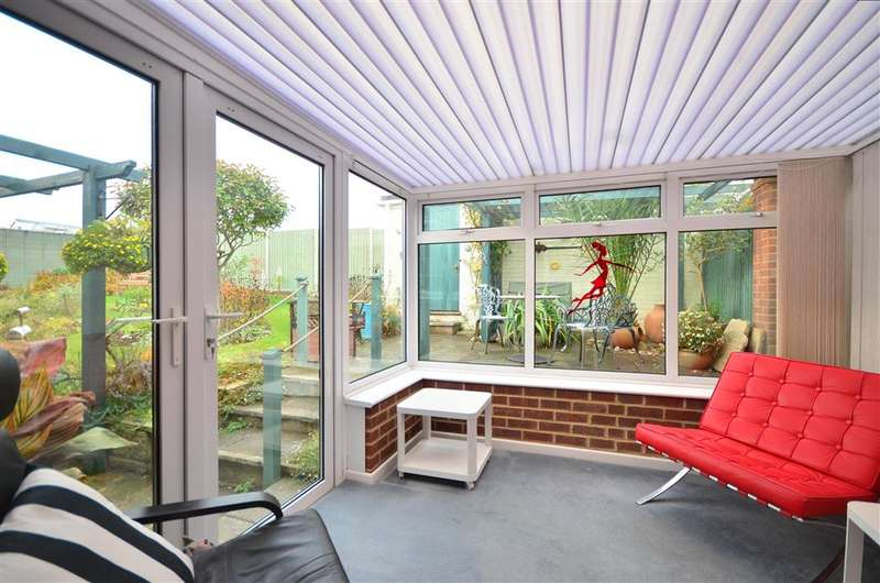 3 Bedrooms Bungalow for sale in Summers Court, Freshwater, Isle of Wight