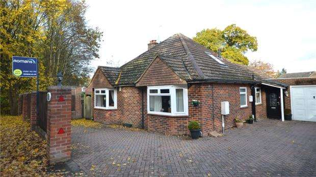 3 Bedrooms Detached Bungalow for sale in Reading Road, Blackwater, Camberley