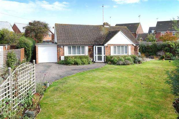 3 Bedrooms Bungalow for sale in Barn Close, Littlehampton, West Sussex, BN17