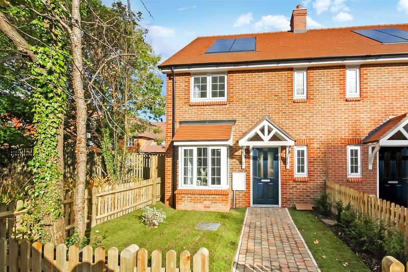 2 Bedrooms End Of Terrace House for sale in Littlefield Close, Horley, Surrey, RH6