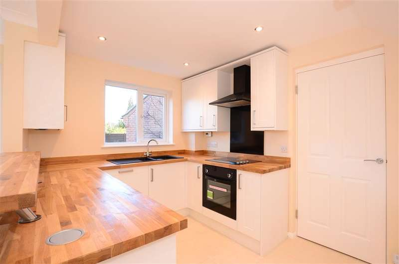 3 Bedrooms Detached House for sale in York Close, Southwater, Horsham, West Sussex