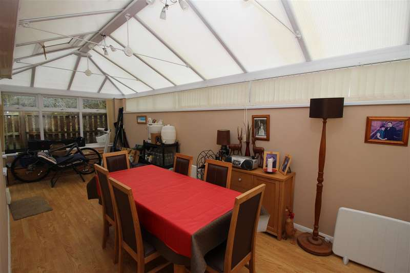 3 Bedrooms Property for sale in Doncaster Close, Chippenham