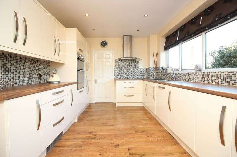 4 Bedrooms Detached House for sale in Lowercroft Road, Bury