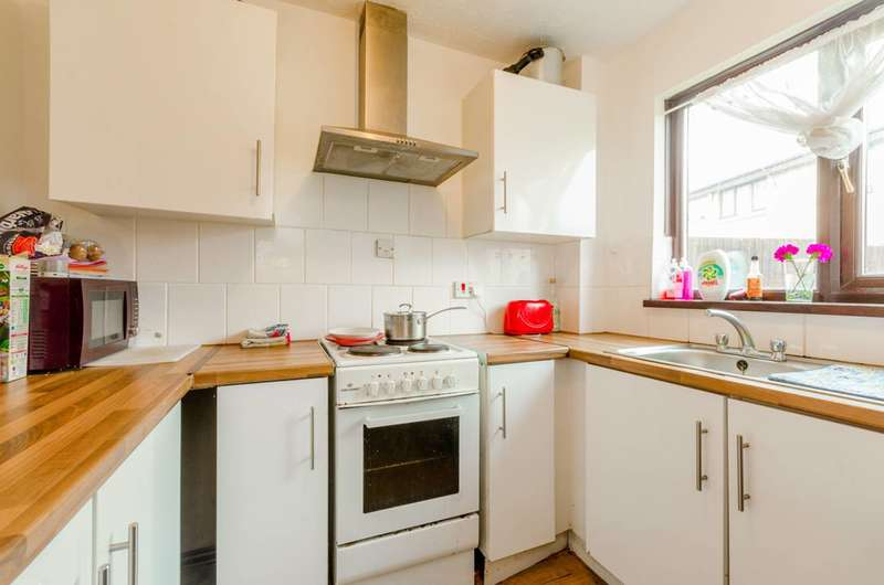 2 Bedrooms Flat for sale in Maldon Close, Stratford, E15