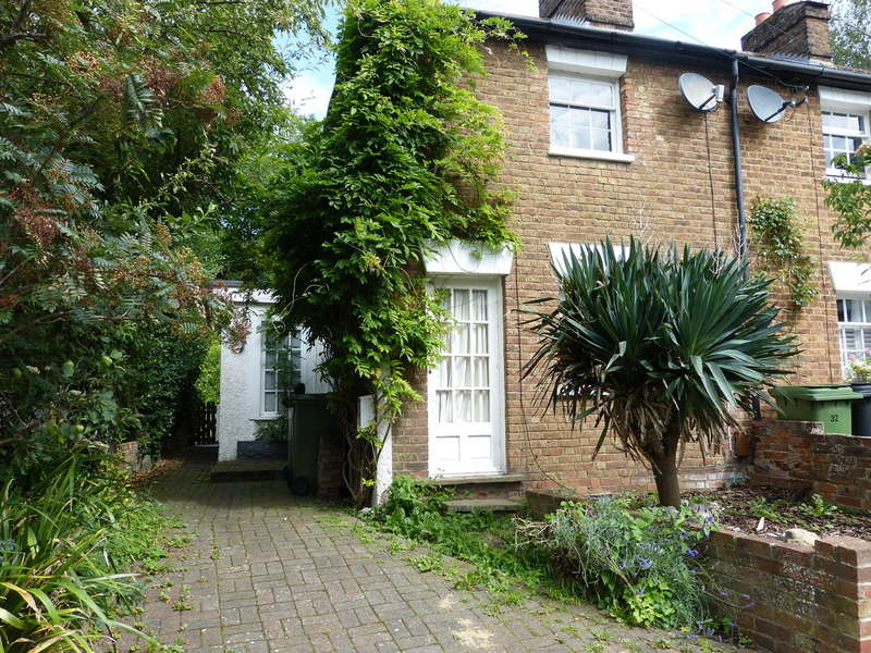 2 Bedrooms End Of Terrace House for sale in Leatherhead