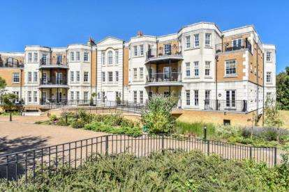 2 Bedrooms Flat for sale in Wilberforce Court, Westerham Road, Keston