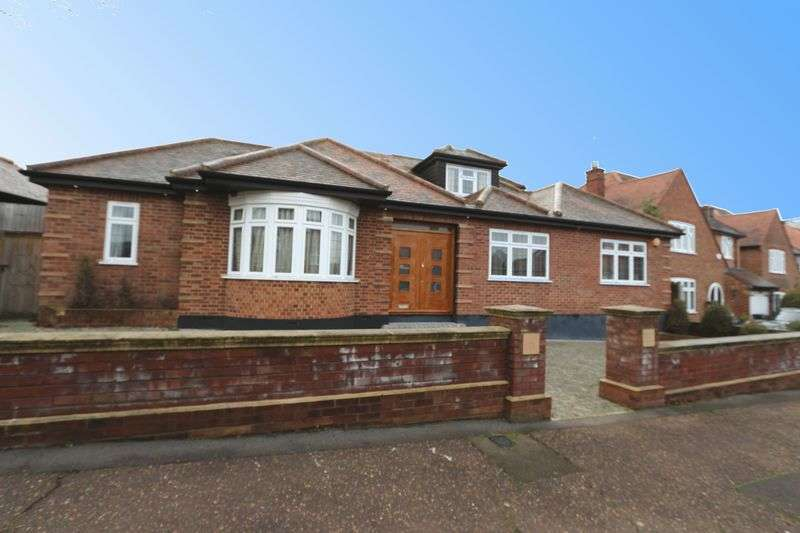 4 Bedrooms Detached Bungalow for sale in Chigwell Park Drive, Chigwell