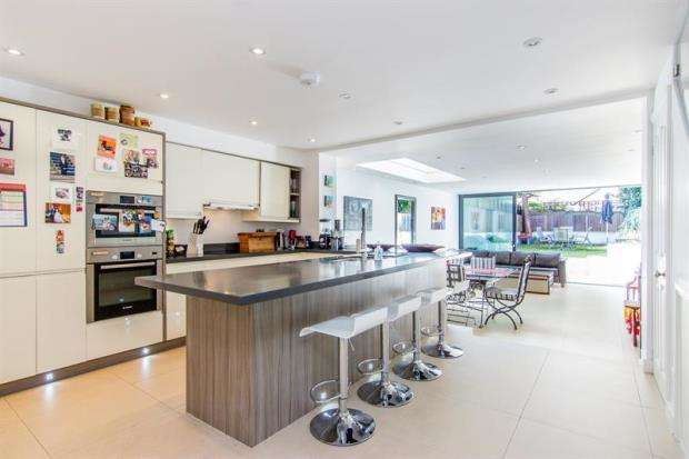 3 Bedrooms Apartment Flat for sale in Harwood Road, London, SW6