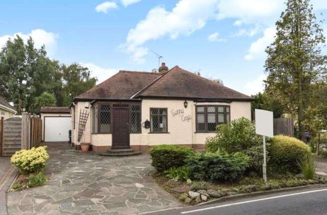 2 Bedrooms Detached Bungalow for sale in Loughton Lane, Theydon Bois, Epping, Essex, CM16