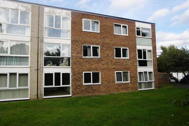 2 Bedrooms Flat for sale in Chaplaincy Gardens, Hornchurch, Essex, RM11 3SH