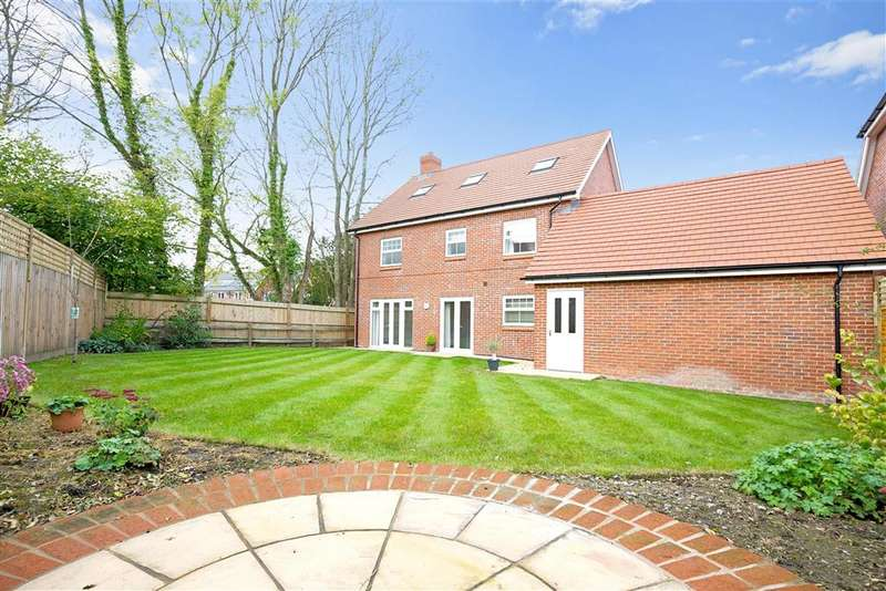 5 Bedrooms Detached House for sale in Buttinghill Drive, Cuckfield, West Sussex