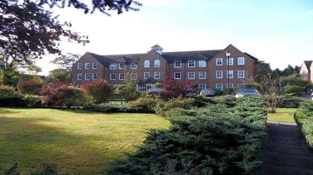 2 Bedrooms Apartment Flat for sale in West Court, West Drive, Sonning