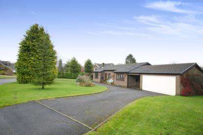 3 Bedrooms Bungalow for sale in Downlee Close, Chapel-En-Le-Frith, High Peak, Derbyshire