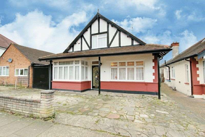 4 Bedrooms Detached House for sale in Park Chase, Wembley