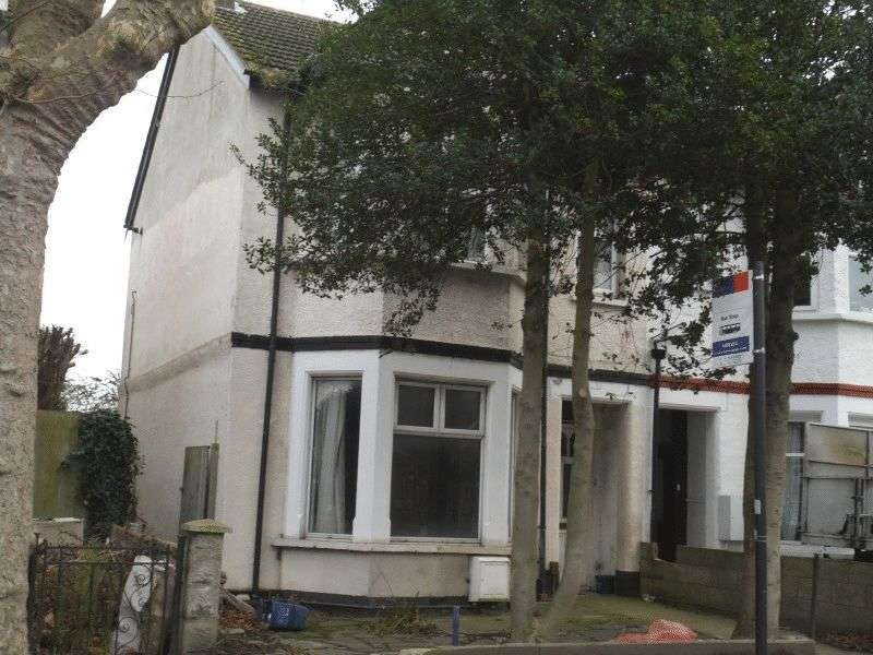 2 Bedrooms Flat for sale in Hamlet Court Road, Westcliff-On-Sea