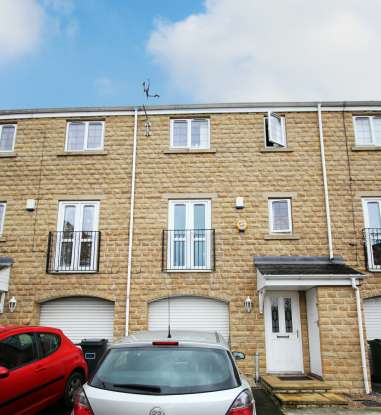 3 Bedrooms Town House for sale in Old Station Court, Heckmondwike, West Yorkshire, WF16 0JP