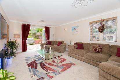 5 Bedrooms Detached House for sale in Wyatts Close, Chorleywood, Rickmansworth, Hertfordshire