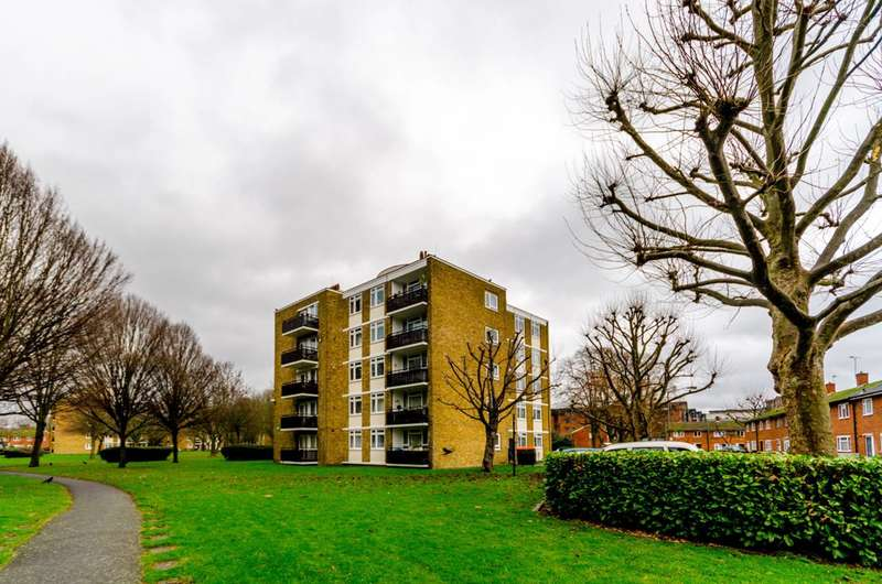 1 Bedroom Flat for sale in Strathdon Drive, Summerstown, SW17