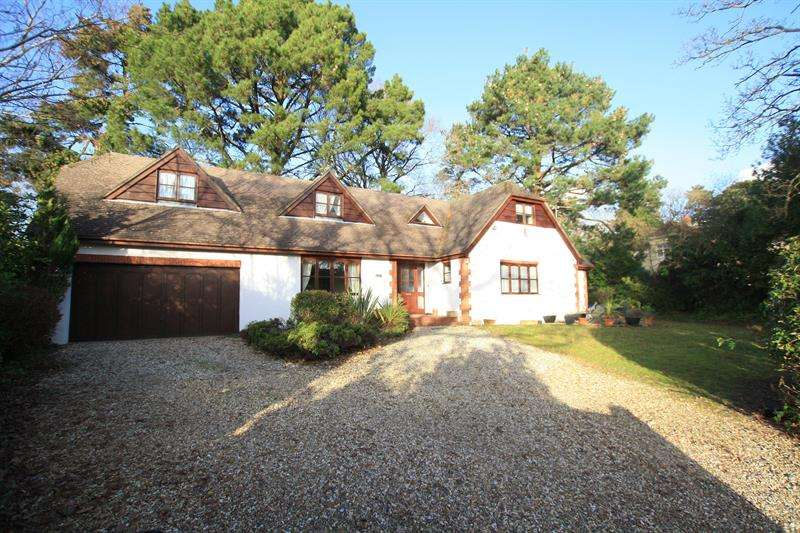 5 Bedrooms Detached House for sale in Whincroft Drive, Ferndown