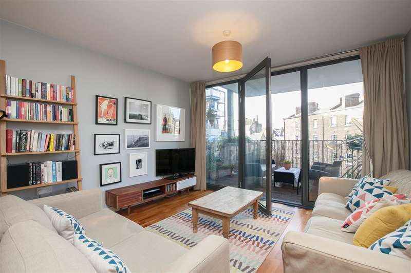 3 Bedrooms Flat for sale in Raines Court, Northwold Road, London
