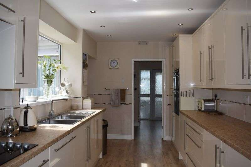 4 Bedrooms Detached House for sale in Newhouse Road, Heywood