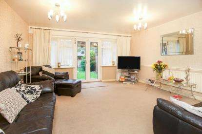 3 Bedrooms Maisonette Flat for sale in 1 Kings Close, London