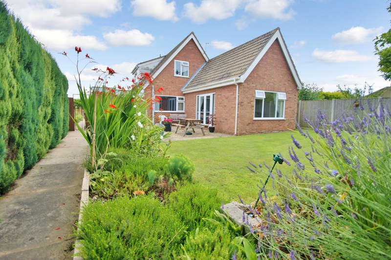 4 Bedrooms Chalet House for sale in Grange Close, Hoveton