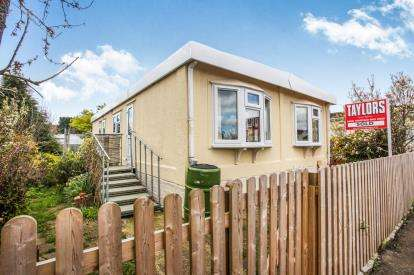 2 Bedrooms Mobile Home for sale in Whelpley Hill Park, Whelpley Hill, Chesham, Buckinghamshire
